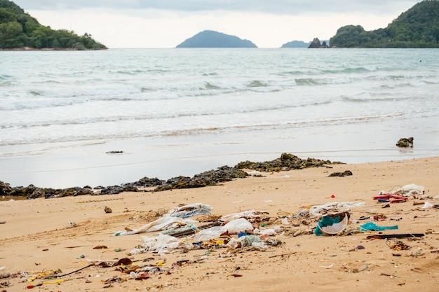 Inquinamento: garbages, plastica e rifiuti sulla spiaggia