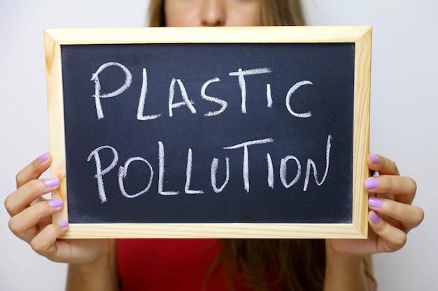 Inquinamento plastico scritto sulla lavagna