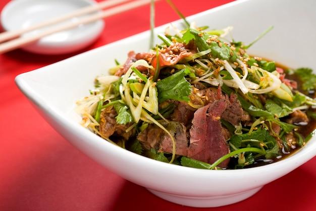 Insalata asiatica con strisce di carne