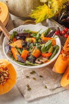 Insalata autunnale di zucca cotta, barbabietole, zucchine e carote. concetto di cibo sano vegano.