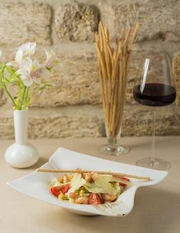 Insalata caesar con foglie di parmigiano e galetta sottile