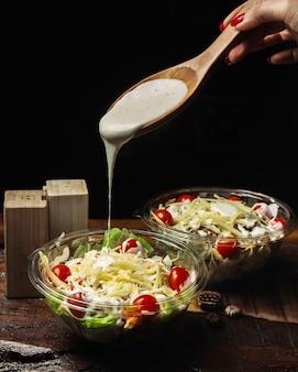Insalata caesar condita con salsa all'aglio