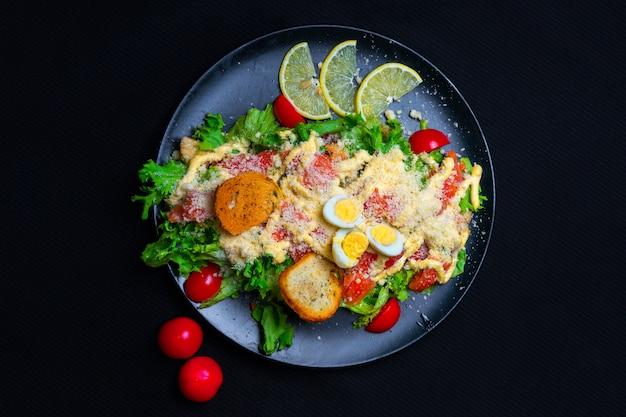 Insalata caesar di pollo alla griglia sana con formaggio e crostini