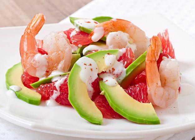 Insalata california - un mix di avocado, pompelmo e gamberi, condito con yogurt al pepe di caienna