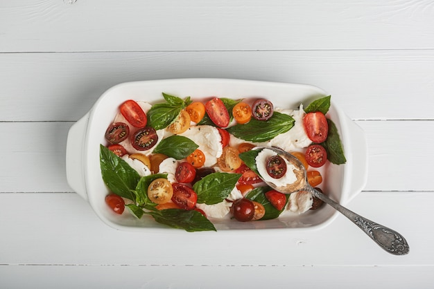 Insalata caprese classica, cucina vegetariana cibo genuino