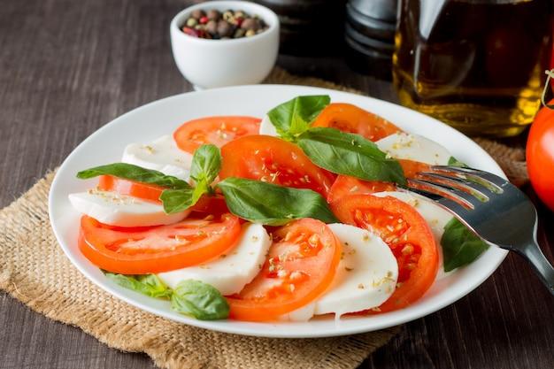 Insalata caprese con pomodoro, basilico, mozzarella.