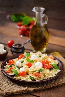 Insalata caprese con pomodoro, mozzarella e basilico