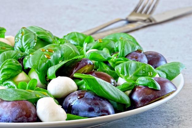 Insalata caprese con prugne. insalata sana. dieta keto.