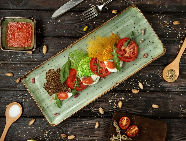 Insalata caprese con verdure e verde