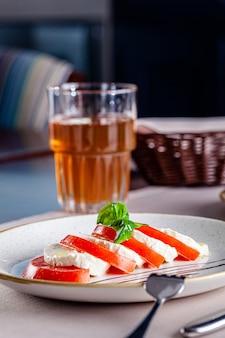 Insalata caprese di pomodoro e formaggio