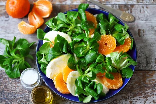 Insalata caprese sana con mandarino. stile italiano.
