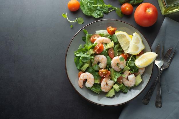 Insalata con avocado e gamberi. sana insalata fresca. copia spazio.
