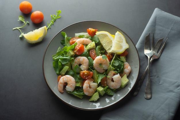 Insalata con avocado e gamberi. sana insalata fresca.