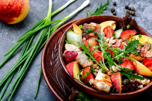 Insalata con carne e fragole