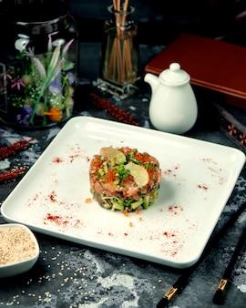 Insalata con caviale rosso salmone e avocado