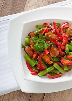 Insalata con cozze, fagiolini e paprika