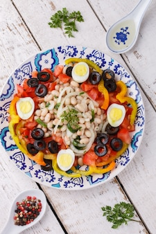 Insalata con fagioli bianchi e verdure fresche