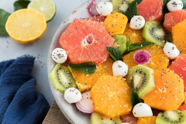 Insalata con fette di frutta e spezie