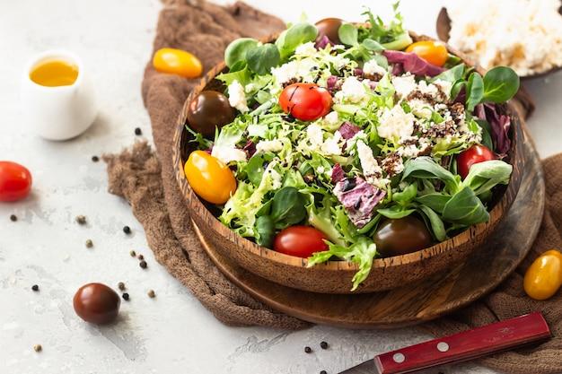 Insalata con foglie di insalata mista, pomodorini, ricotta e balsamico