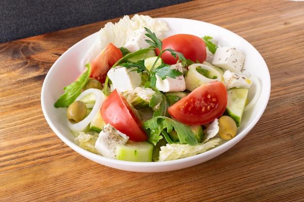 Insalata con formaggio feta e verdure