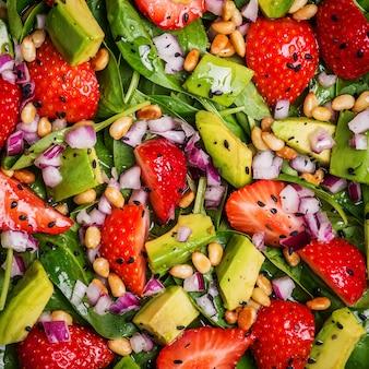 Insalata con fragole, avocado, spinaci