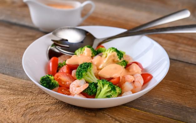 Insalata con gamberi e verdure fresche
