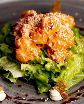 Insalata con lattuga e salsa di carne di lattuga