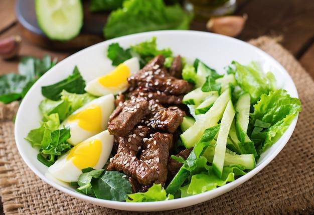 Insalata con manzo piccante, cetriolo e uova in stile asiatico.