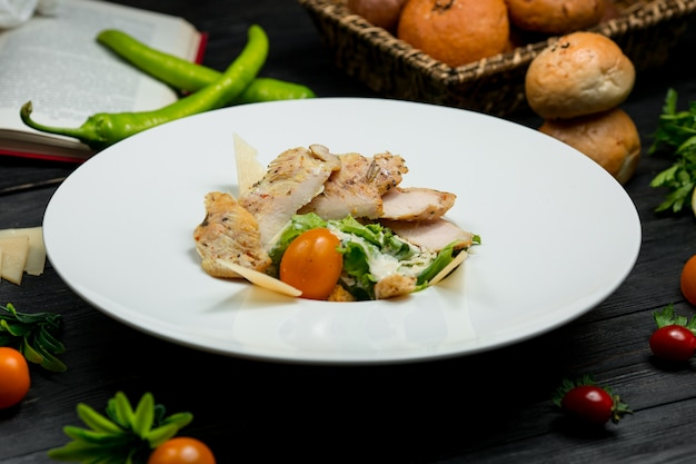 Insalata con petto di pollo alla griglia tagliato, insalata e pomodorini