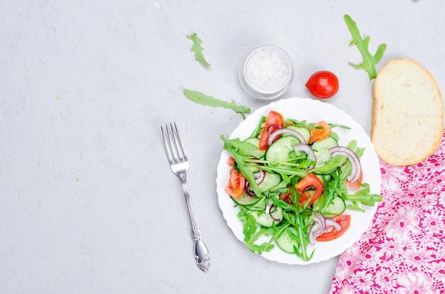 Insalata con pomodori, cetrioli e rucola