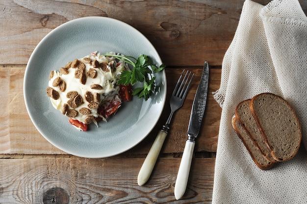 Insalata con pomodori e bastoncini di granchio e uova