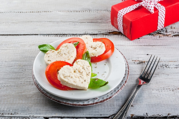 Insalata con pomodori e formaggio, per san valentino
