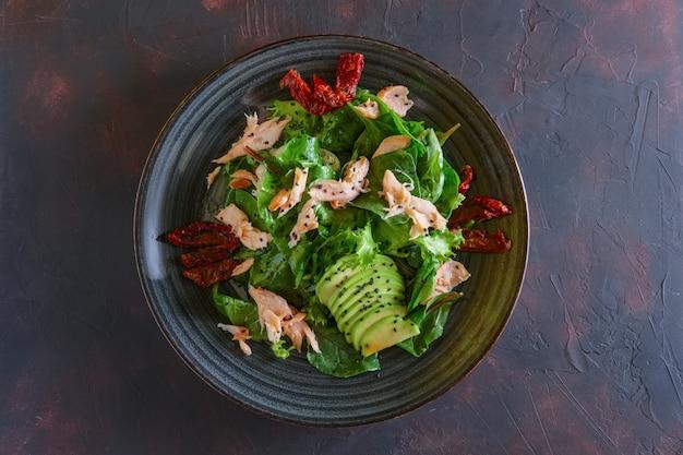 Insalata con salmone, avocado e pomodori secchi