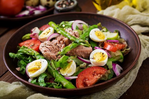 Insalata con tonno, pomodori, asparagi e cipolla. insalta di nicoise