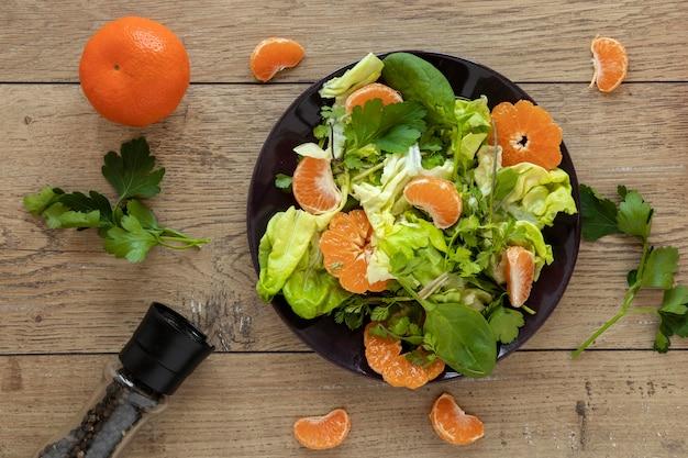 Insalata con verdure e frutta sul tavolo