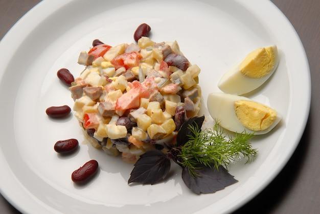 Insalata con verdure fresche e bollite con maionese