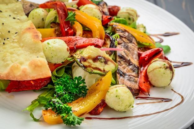 Insalata con verdure grigliate e formaggio