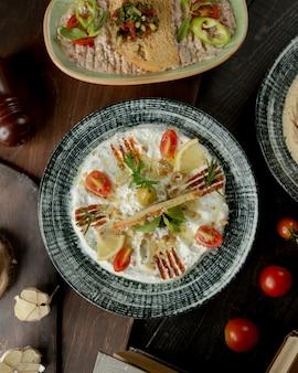 Insalata con verdure sul tavolo