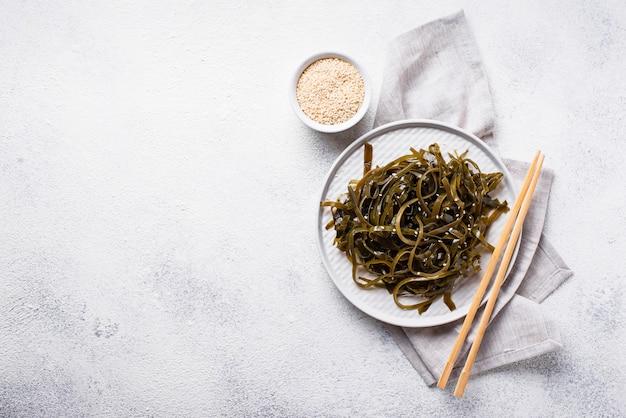 Insalata di alghe con semi di sesamo