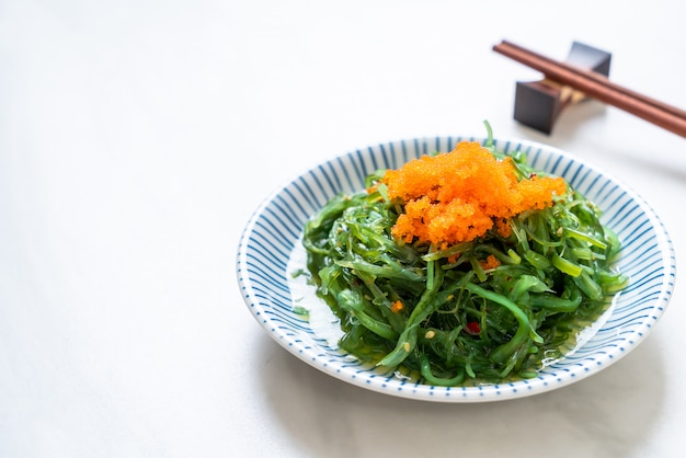 Insalata di alghe con uova di gamberetti in stile giapponese