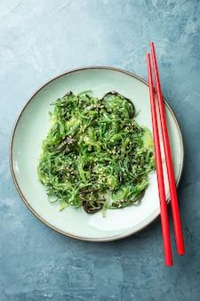 Insalata di alghe servita e pronta da mangiare
