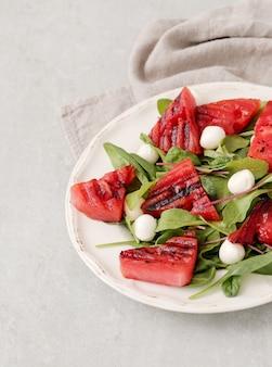 Insalata di anguria sul piatto bianco