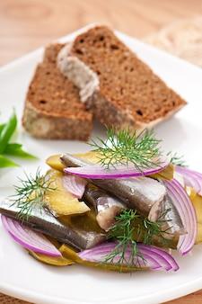 Insalata di aringhe con cetrioli sottaceto e cipolle