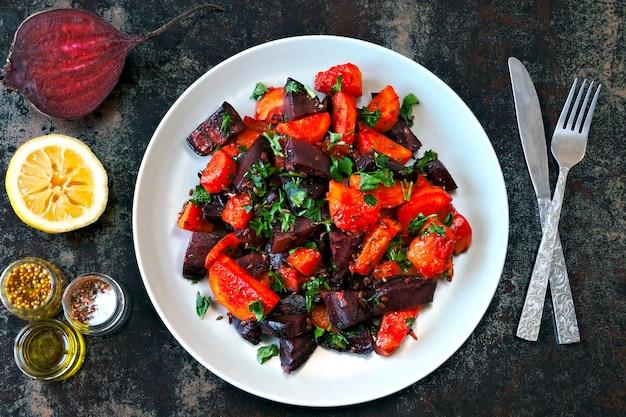 Insalata di barbabietole al forno, zucche e carote.