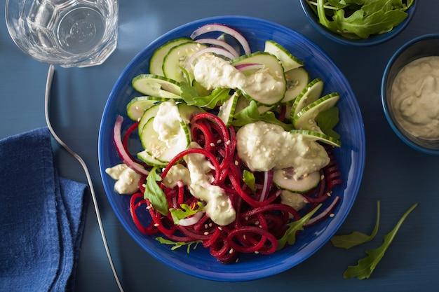 Insalata di barbabietole e cetrioli a spirale con salsa di avocado, pasto vegano sano
