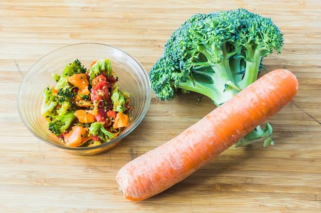 Insalata di broccoli con carota in ciotola di vetro