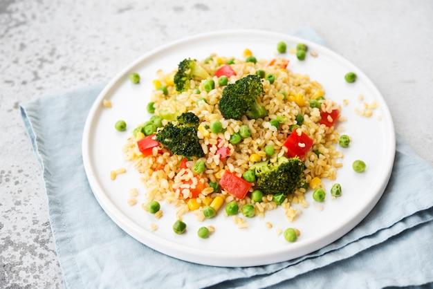 Insalata di bulgur con verdure su un piatto