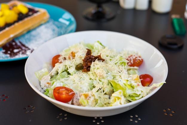 Insalata di caesar classica fresca sul piatto bianco