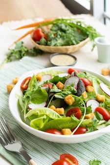 Insalata di caesar di verdure sana fresca sul piatto con salsa.