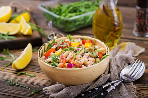 Insalata di cannellini di fagioli bianchi. insalata vegana. menu dietetico